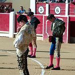 Imagen de los novilleros disponiéndose a hacer el paseillo.