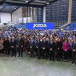 El presidente de Castilla-La Mancha, Emiliano García-Page, acompaña a Sus Majestades los Reyes de España en su visita a la sede de la empresa 'Joma Sport'. (Foto: José Ramón Márquez // JCCM)