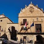 En 1242, Pelayo Pérez conquista Chinchilla y Albacete pasaría a depender de esta población en calidad de aldea.  Fotografía de la fachada del Ayuntamiento en la Plaza de La Mancha, en Chinchilla de Montearagón (Albacete).
