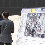 El presidente del Gobierno, Mariano Rajoy, junto al director de obras, Santiago Garcia Gallardo, durante la visita a las obras de la autovía A-32 Linares-Albacete.