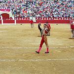 """Julián López """"El Juli"""", paseando, de manera simbólica, las dos orejas y el rabo del toro indultado, del ganadero Daniel Ruiz, de nombre """"Cortesano""""."""