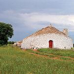 Los bombos, muy habituales por estas tierras, son arquitecturas rústicas de carácter agrícola que servían de refugio.