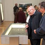 Unos visitantes contemplando las navajas típicas de Albacete en la Sala Aprecu del Museo de la Cuchillería.