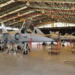 Dos Mirage F-1, con equipo de abastecimiento en vuelo, en fase de mantenimiento en la Base de Albacete.