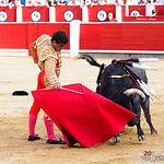 Rubén Pinar, en su primer toro al que le cortó una oreja.