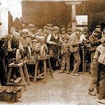Artesanos de una fábrica de navajas de principios del siglo XX.