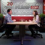 Alfonso Avendaño, alcalde de Lezuza, junto a la periodista Carmen García. Foto: Manuel Lozano García / La Cerca