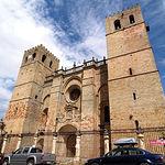 En la Catedral de Sigüenza descansan los restos del Doncel Don Martín de Arce, bajo una estatua de alabastro.