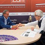 Ángel Nicolás, presidente de la Confederación de Empresarios de Castilla-La Mancha (CECAM), recibe una navaja de Albacete de manos del director del Grupo Multimedia de Comunicación La Cerca, Manuel Lozano.