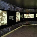 Imagen de una de las salas nuevas de ampliación del Museo de la Cuchillería donde se pueden contemplar fotografías de algunos de los más grandes artesanos que ha dado la cuchillería albacetense.