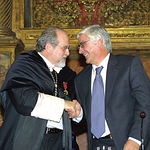 Luis Arroyo Zapatero (i) y José María Barreda (d) se saludan en la inauguración del curso universitario 2003-2004.