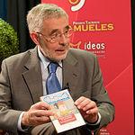 """José Manuel Martínez Cenzano, Defensor del Pueblo de Castilla-La Mancha, nos enseña el disco del programa """"Ventanas"""", dirigido a menores de 8 y 12 años, para prevenir el uso incorrecto de Internet."""