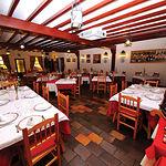 El restaurante La Taberna, situado en el hotel Los Llanos, ofrece una carta variada y de calidad gastronómica.