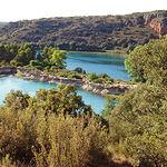 Los travertinos son muros de calizas tobáceas que actúan como presa natural embalsando el agua de las lagunas.