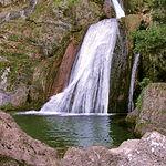 Los espacios naturales protegidos necesitan gran atención y ofrecen mucho trabajo que no debe ser canalizado sólo por las administraciones. Foto de una de las calderetas que forma el río Mundo, en Albacete, tras su nacimiento.