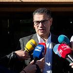 Manuel González Ramos, candidato del PSOE al Congreso por Albacete, atendía a los medios de comunicación después de ejercer su derecho al Voto.