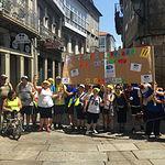 Usuarios, familiares, monitores y voluntarios de AMIAB a su llegada a Santiago de Compostela.