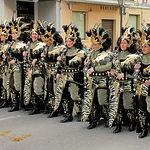 Durante la Fiesta de Moros y Cristianos se realizan desfiles llenos de música y colorido.
