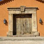 El núcleo constructivo de Dehesa de Los LLanos lo conforman una sobria edificación solariega y otras estancias habilitadas como talleres.