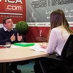 Ricardo Cutanda, candidato a la alcaldía de Albacete por UCIN, junto a la periodista Carmen García