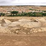 Restos de la colonia romana de Libisosa con la localidad de Lezuza al fondo.