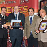 El cirujano jefe de la Plaza de Toros de Albacete, Pascual González Masegosa, recibiendo la Mención Especial del Jurado de los IX Premios Taurinos Samueles.