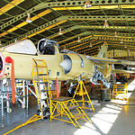 Todos los equipos como el tren de aterrizaje, bombas hidráulicas y radar del F-5 son desmontados y revisados en los diferentes talleres de la Maestranza Aérea de Albacete, se reparan y vuelven a montarse.