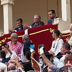 Juan Manuel Munera recibió de la presidencia un apéndice como premio a la faena realizada a su primer toro. Antonio Martínez Iniesta, secretario de Asuntos Taurinos del PP de Albacete (primero por la derecha), debutó oficialmente como Asesor Taurino en el