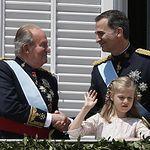 Don Juan Carlos saluda a Don Felipe en presencia de la Princesa de Asturias. © Casa de Su Majestad el Rey / Agencia EFE