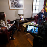 José Luis Martínez Guijarro, vicepresidente del Gobierno de Castilla-La Mancha, junto a la periodista Carmen García. Foto: Manuel Lozano Garcia / La Cerca