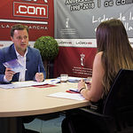Manuel Serrano, candidato del Partido Popular a la alcaldía de Albacete, junto a la periodista Carmen García