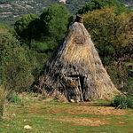 Las cabañas, construidas con mañas de la vegetación reinante, eran de uso temporal durante la actividad en el monte.