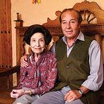 """Samuel Flores, junto a su madre, Doña Manuela López Flores, en un rincón de la casa situada en """"El Palomar""""."""