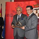 Trofeos Taurinos Feria de Albacete 2013 - Juan Antonio Barbero (d), presidente de APRECU, entrega el premio al ganadero Daniel Ruiz (i).