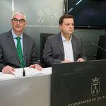 Alberto Reina, concejal de Hacienda en el Ayuntamiento de Albacete, junto al alcalde, Manuel Serrano, en la presentación del acuerdo de presupuestos