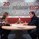"""Carlos David Bonilla, presidente del Consejo Regulador de la Denominación de Origen Protegida """"La Mancha"""", junto a la periodista Miriam Martínez"""