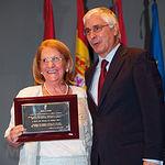María del Carmen de Huéscar recibió una de las Placas al Mérito Regional. En la imagen, con el Presidente regional.