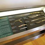 Vitrina con texto de la historia de la navaja con exposición de piezas de finales del siglo XIX y principios del XX. Foto: Museo de la Cuchillería de Albacete.