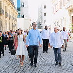 Sus Majestades los Reyes acompañados de Josep Borrell durante el recorrido a pie por las calles de La Habana. Foto: Casa de S.M. el Rey