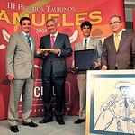 """José Antonio Galdón """"Niño de Belén"""" (izq), recogió sus premios a la Mejor Faena realizada por un Subalterno."""