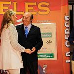 Isabel Flores, hija del ganadero Samuel Flores, abraza a su padre en la Gala de Entrega de los X Premios Taurinos Samueles, pertenecientes a la Feria Taurina de Albacete 2015