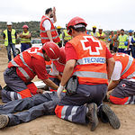 Cruz Roja desempeña un papel impagable en la sociedad. En la imagen un grupo de voluntarios atendiendo a un accidentado.