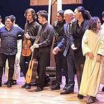 Juan Rodríguez, Fran Collado, Antonio de Juan, Jonathan Fernández, Paco Ruiz, Yaraví Serrano. Saludando junto a niñas y niños de la función