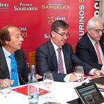 De izquierda a derecha: Samuel Flores, ganadero, Marcial Marín, consejero de Educación, Cultura y Deporte de la JCCM, y Manuel Lozano, director del Grupo de Comunicación La Cerca, organizador de los Premios Taurinos Samueles.