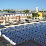 Las nuevas normativas en el sector de la construcción de la Tercera Revolución Industrial crearán una floreciente economía, generando millones de empleos. Foto: Paneles solares en viviendas.