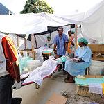 En la imagen, efectivos sanitarios en tareas de auxilio tras el terremoto que ha asolado Haití.