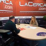 Emilio Sáez, diputado regional del PSOE en las Cortes de Castilla-La Mancha, junto a la periodista Miriam Martínez.