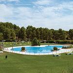 """Vista de una de las piscinas del club de golf """"Las Pinaillas""""."""
