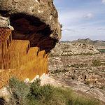 Vista de la cueva (con las vallas protectoras) del Abrigo Grande de Minateda.