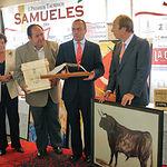 """El ganadero Fernando Domecq, propietario de """"Gastasuelas"""", recogió el Premio al toro más bravo."""